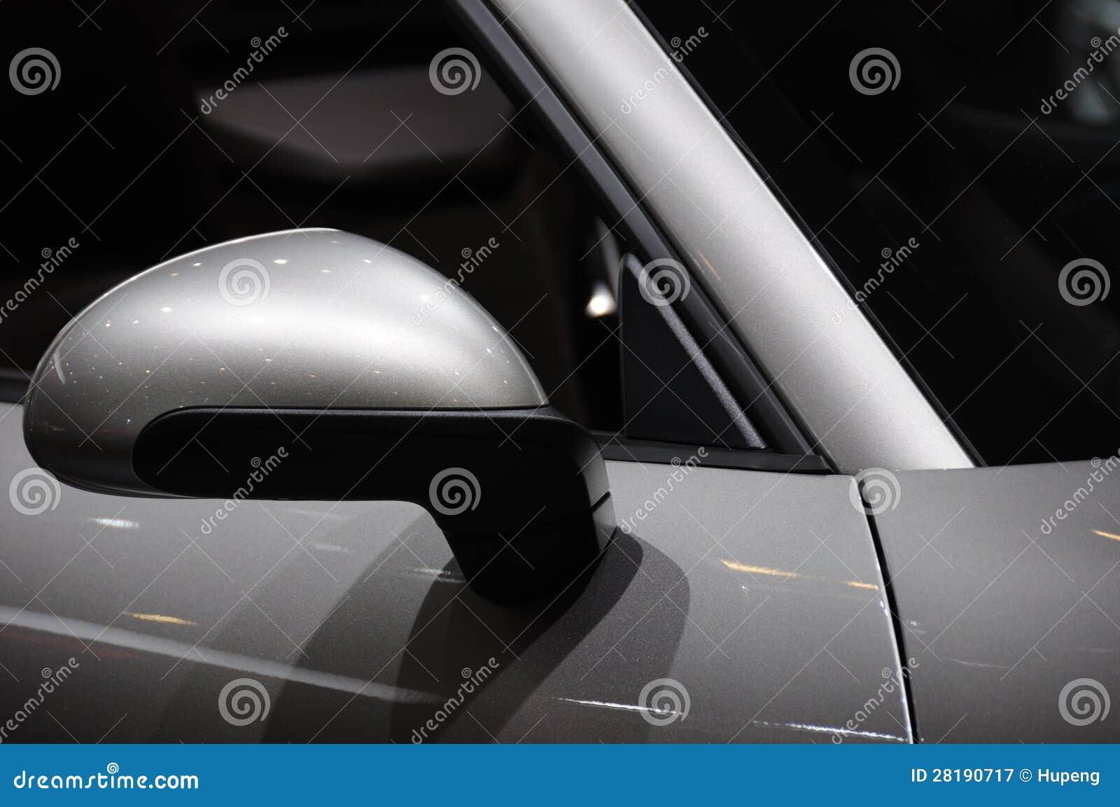 Зеркало крыла автомобиля