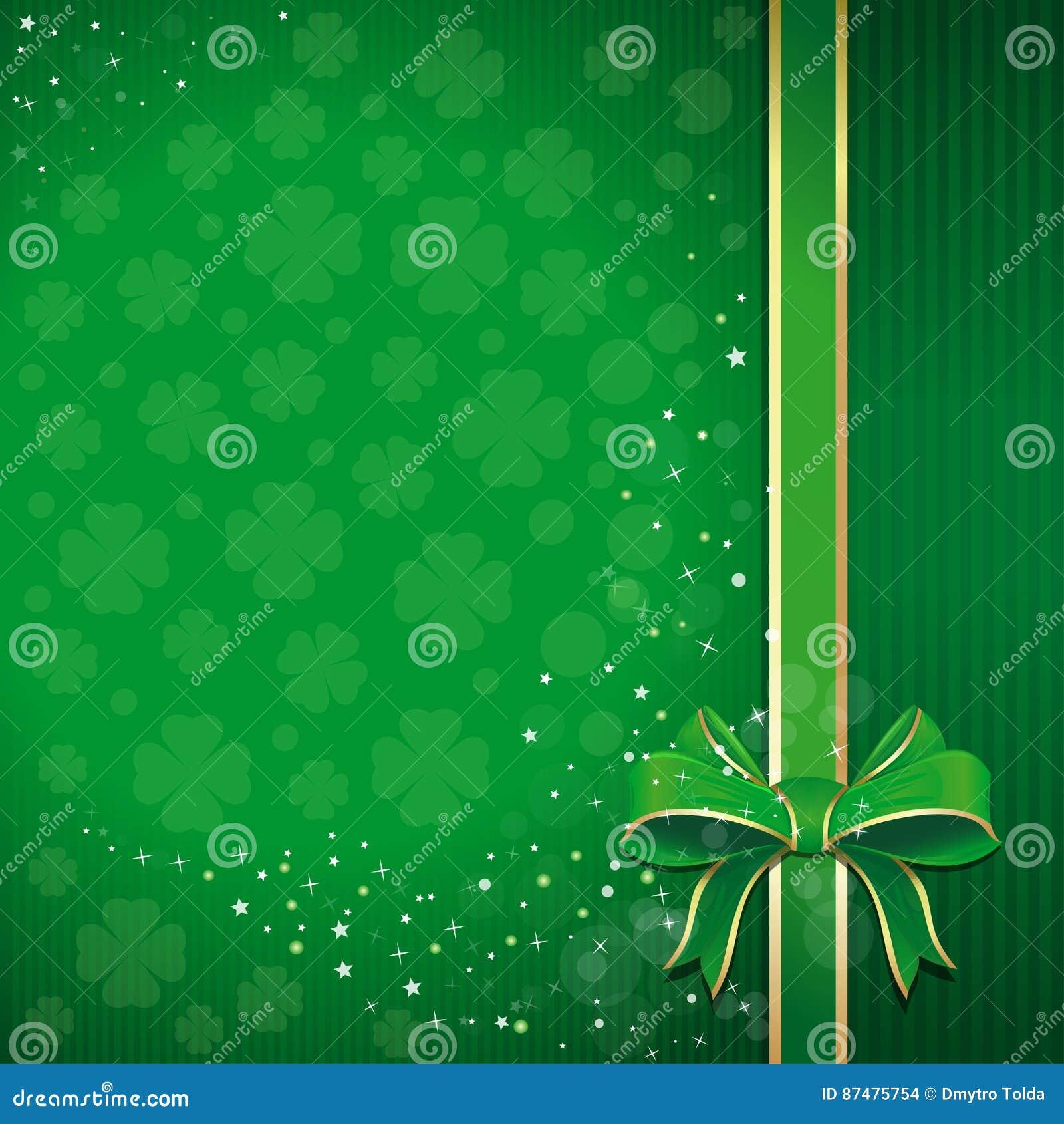 Зеленая праздничная предпосылка с лентой, смычком и листанным клевером на день St Patricks с открытым космосом для текста