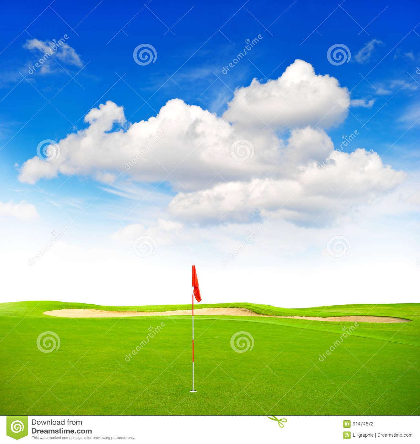 Зеленая предпосылка голубого неба поля гольфа