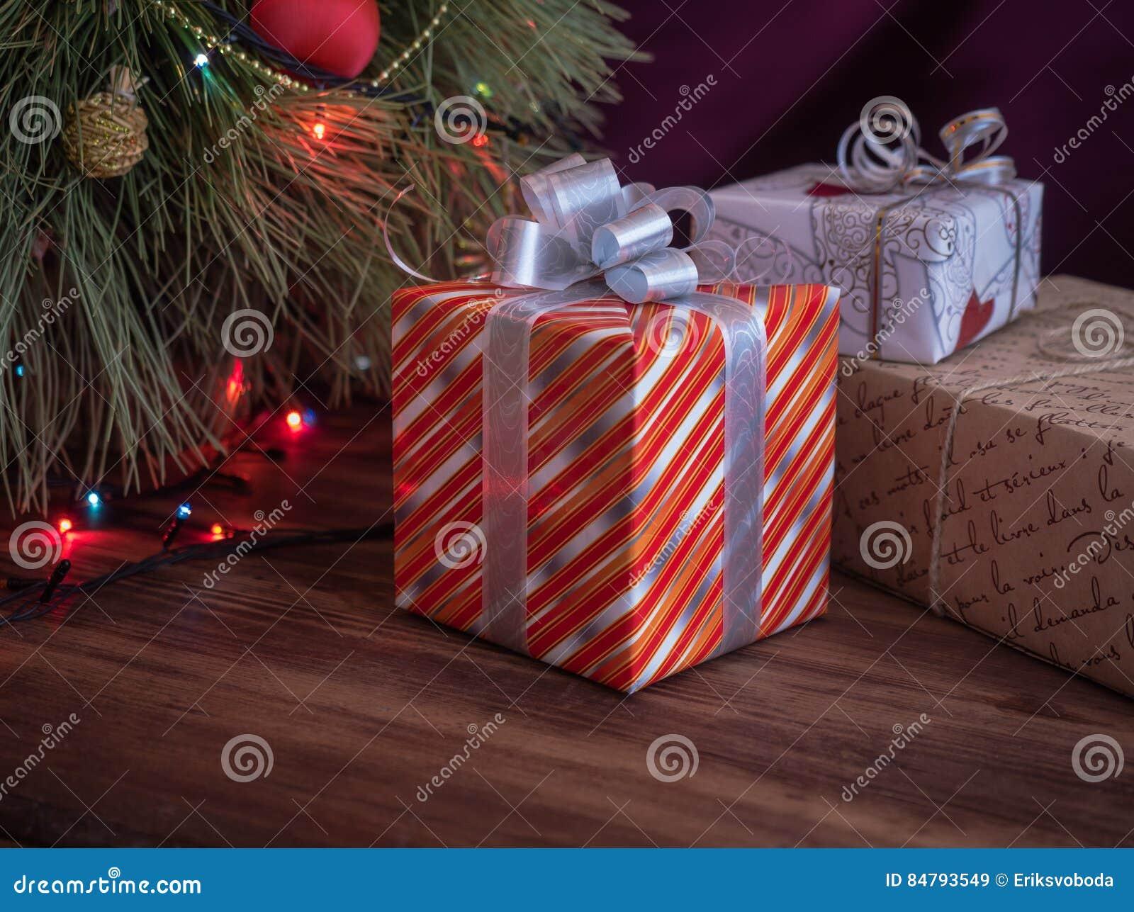 Зеленая рождественская елка украшенная с игрушками и ...