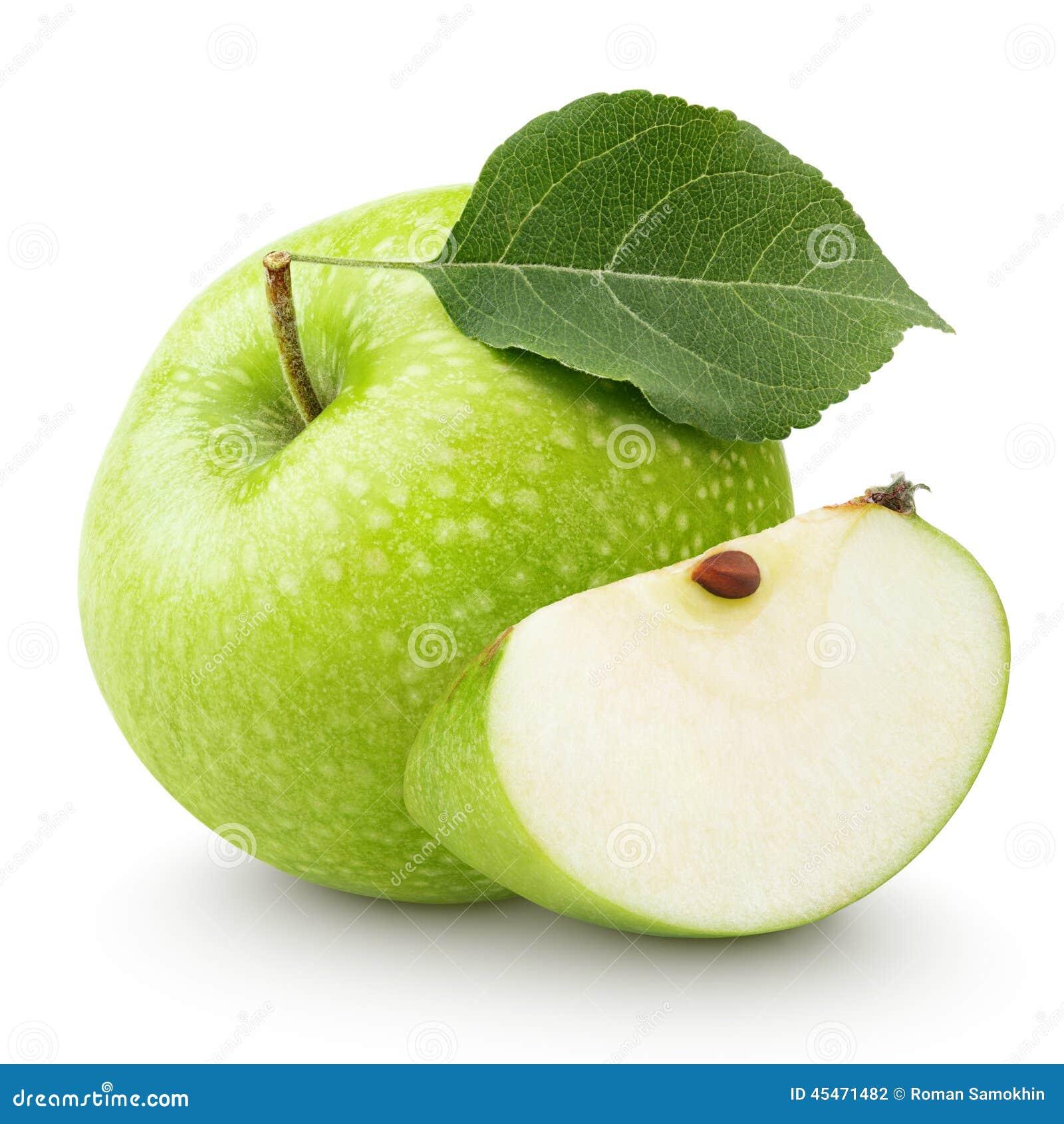 Зеленое яблоко с лист и кусок изолированный на белизне