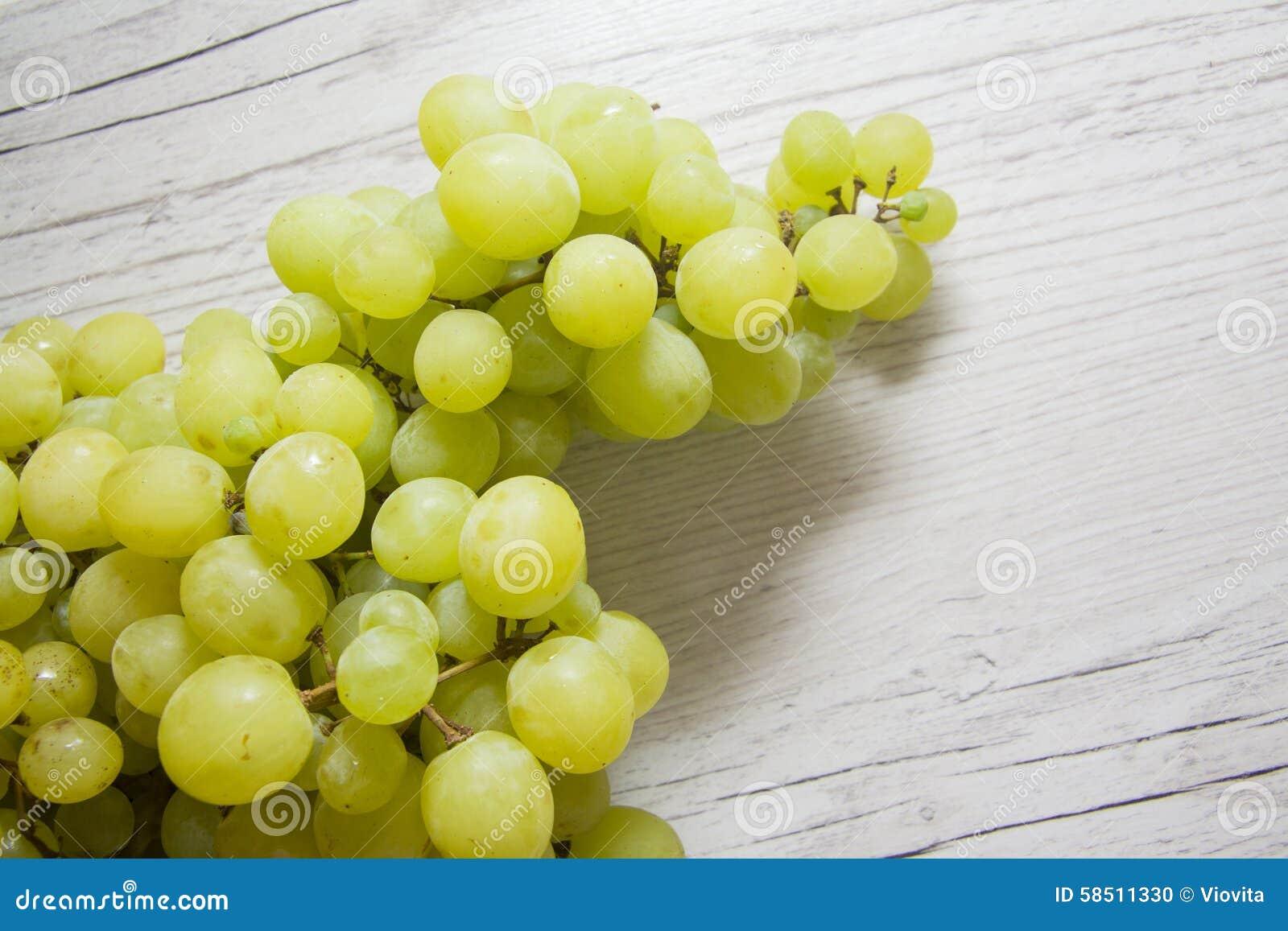 Зеленые виноградины на древесине