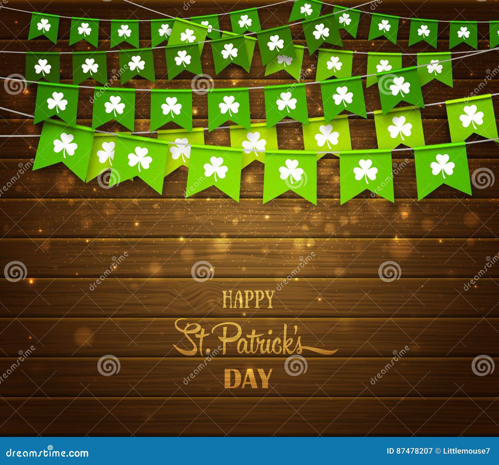 Зеленые гирлянды флагов с клеверами на деревянной предпосылке Ирландский день ` s St. Patrick праздника