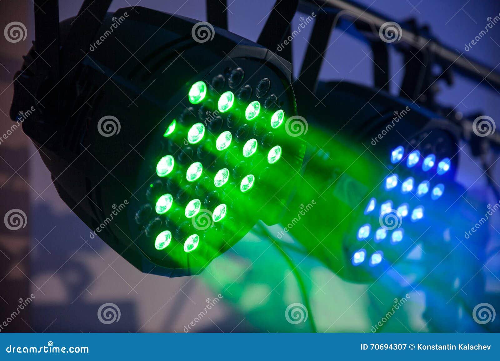 Зеленый и голубой концерт приведенный, naighclub освещает с дымом closeup