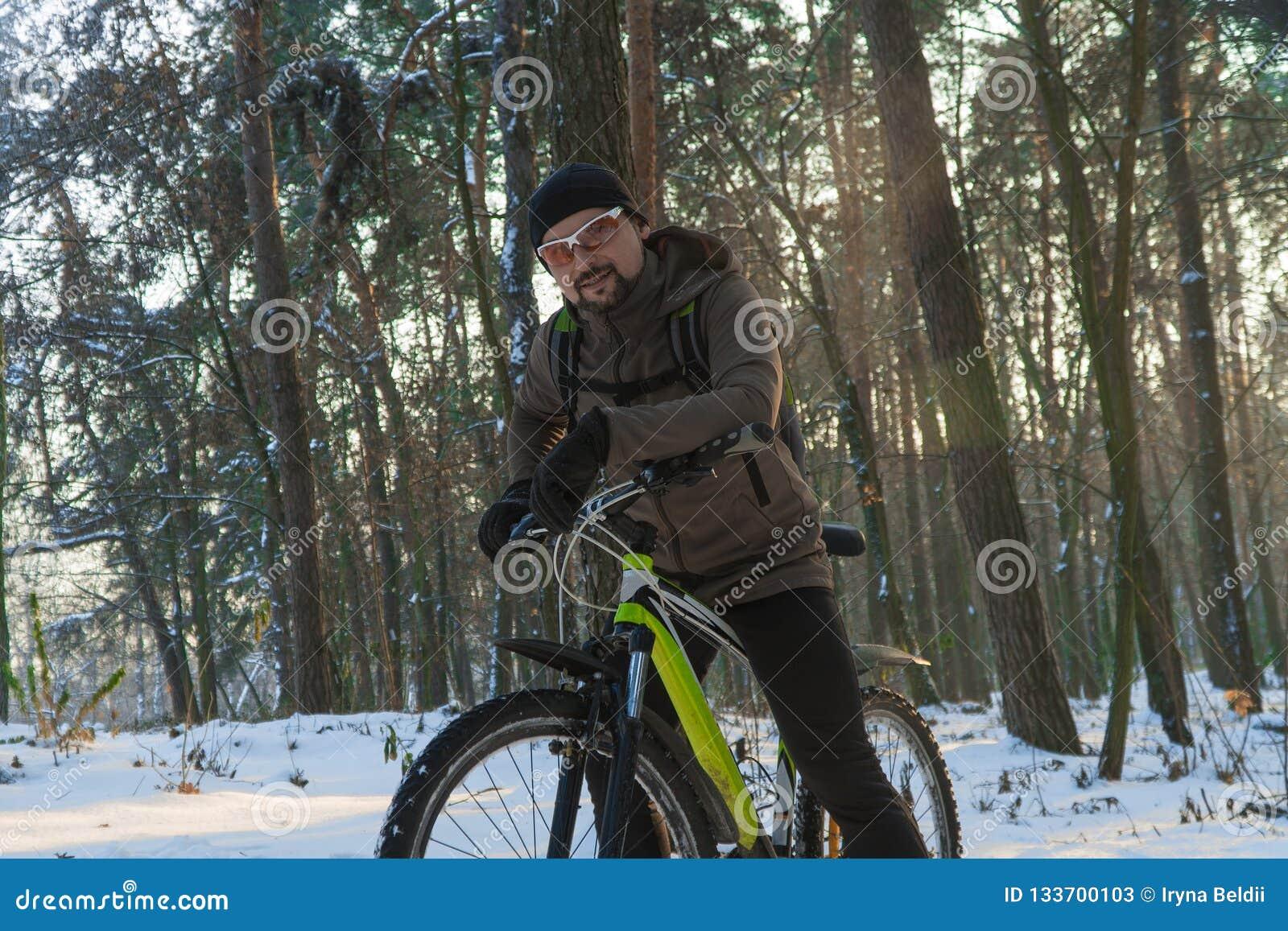 Зима велосипеда Зима спорт Человек на велосипеде