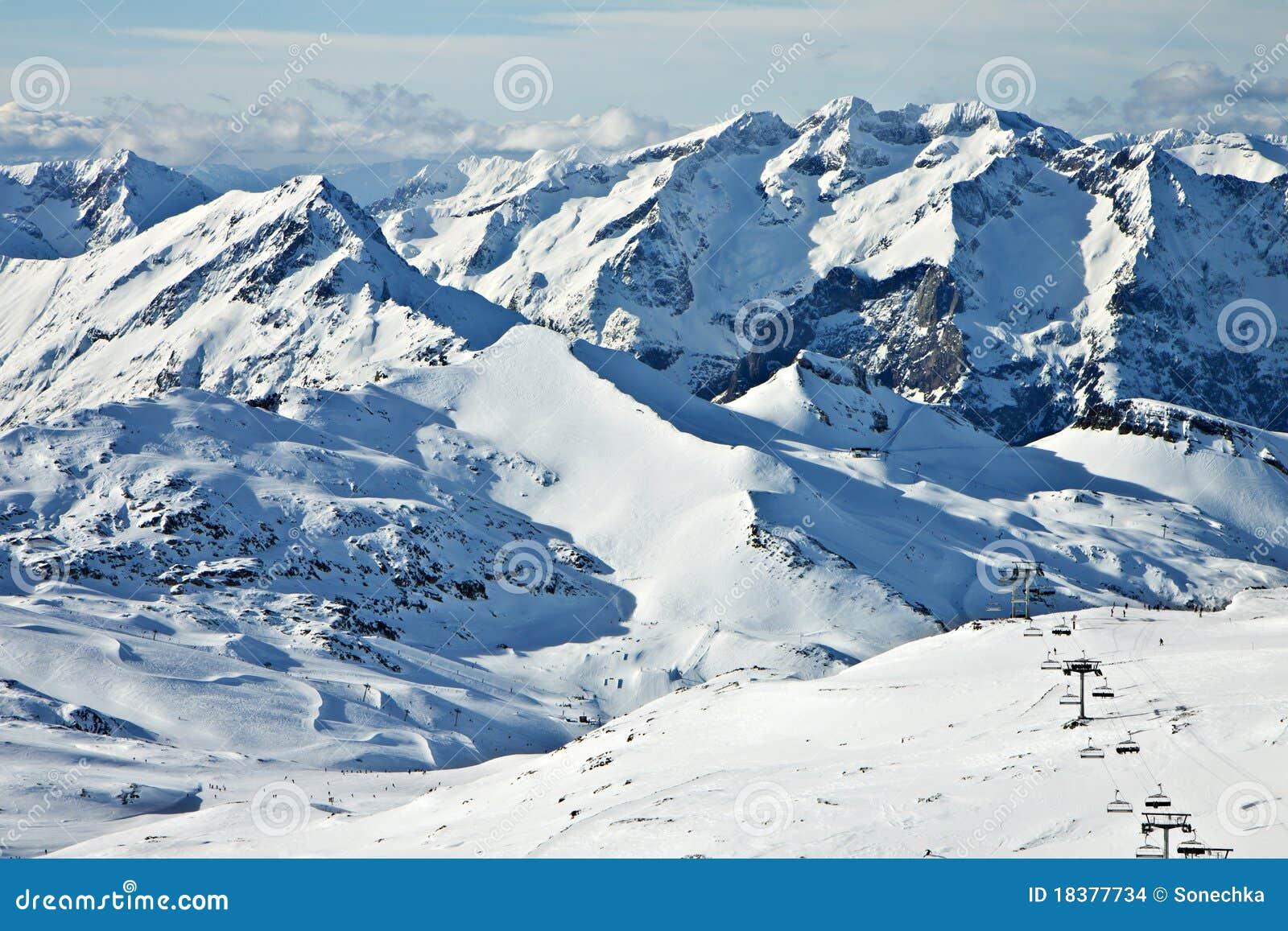 зима высоких гор снежная