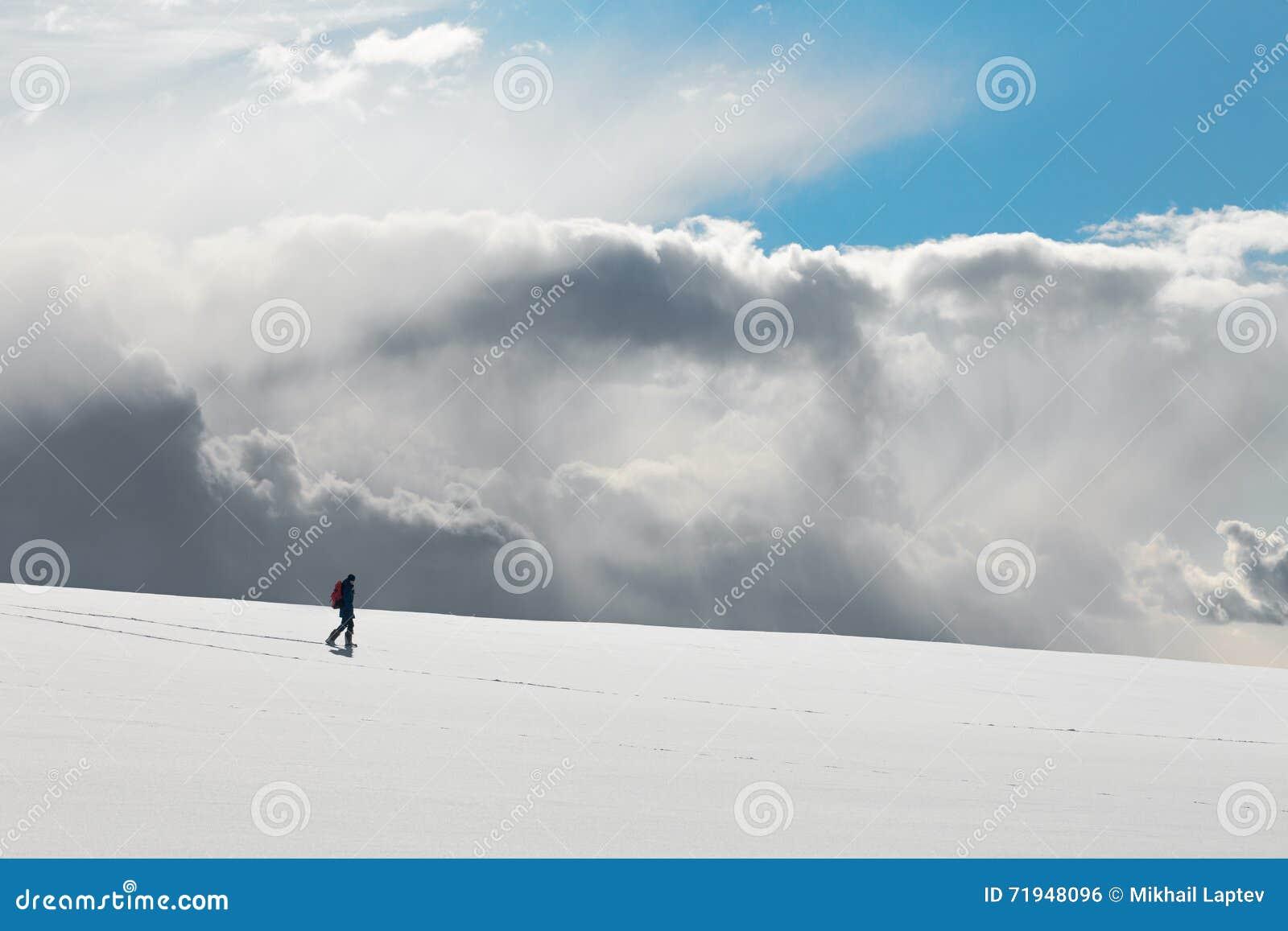зима прогулки сынка мумии зеленой куртки отца пальто голубой крышки берета красная идя снег