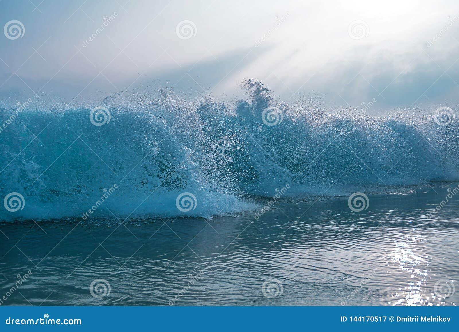 Зловещая океанская волна