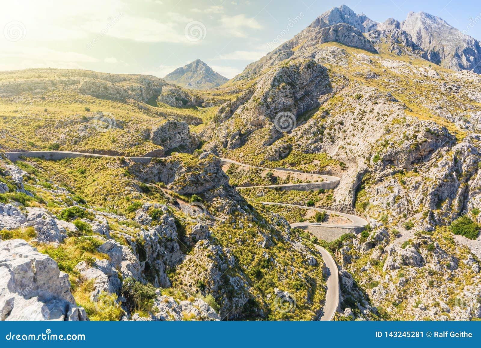 Змейчатая дорога вниз к Sa Calobra в Мальорка