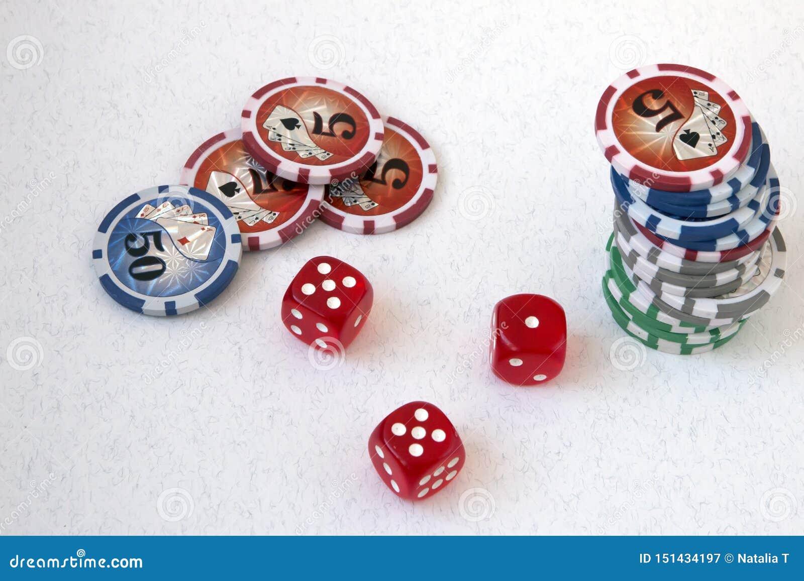 Знаки внимания, обломоки покера и кубы игры, на белой предпосылке, с 5 и блоком