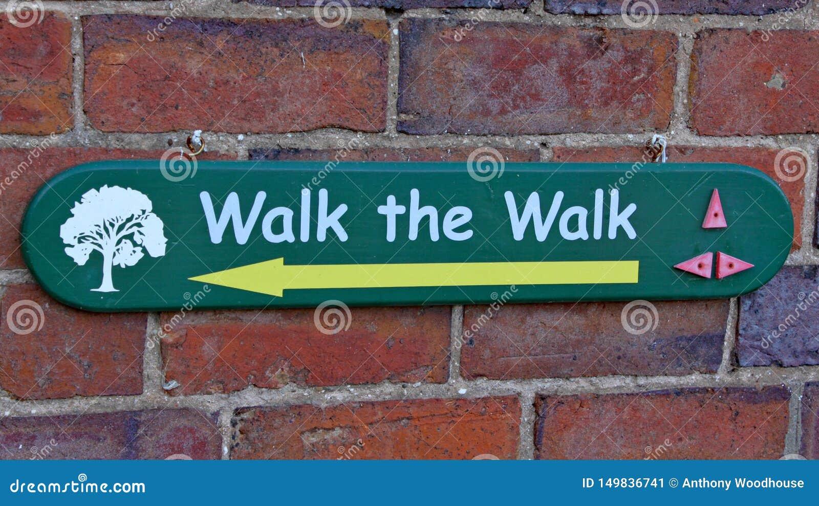 Знак говоря посетителям которые путь идти на дендропарк Arley в Midlands в Англии