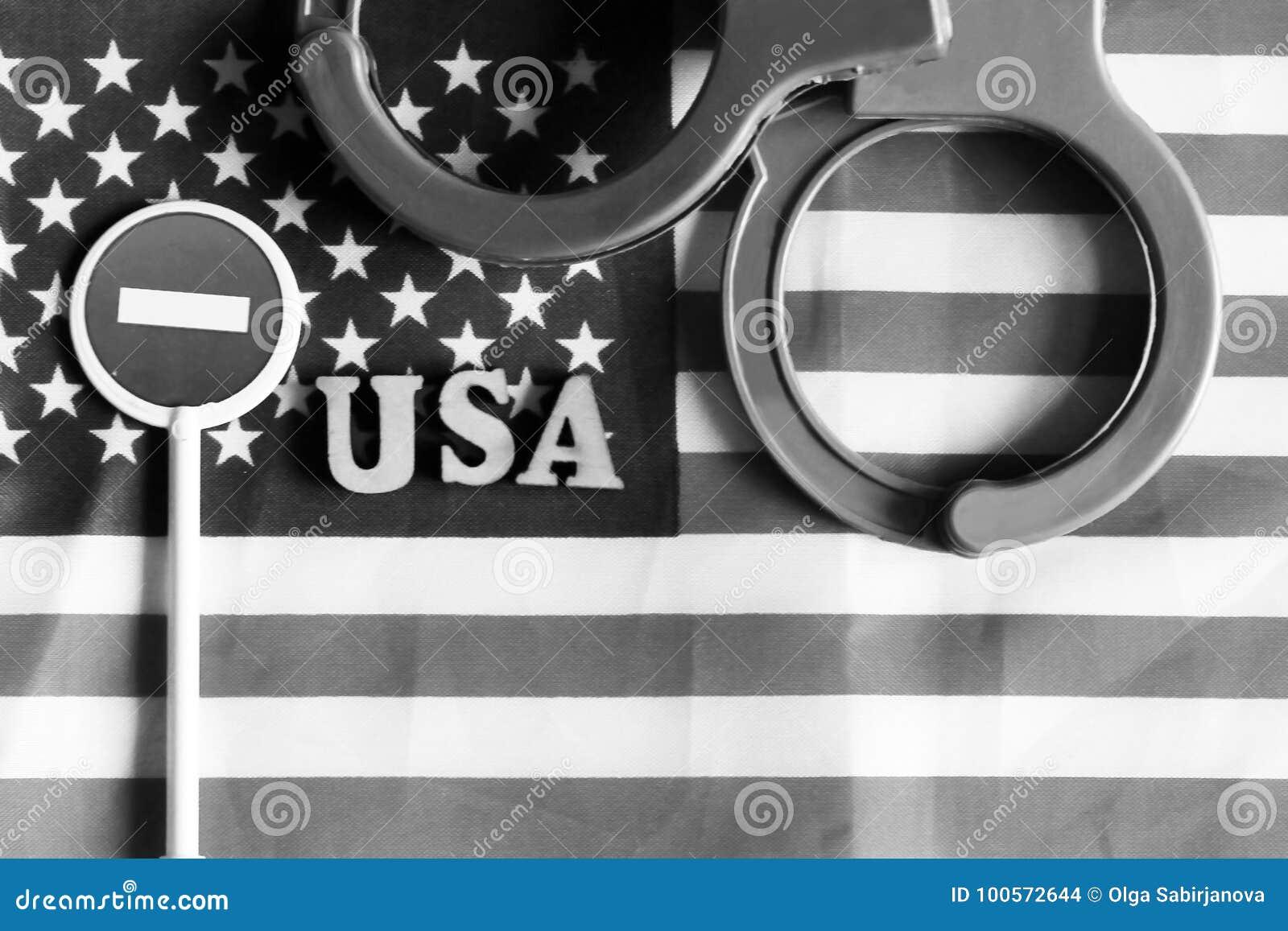 Знак и наручники стопа дороги на предпосылке Америки сигнализируют