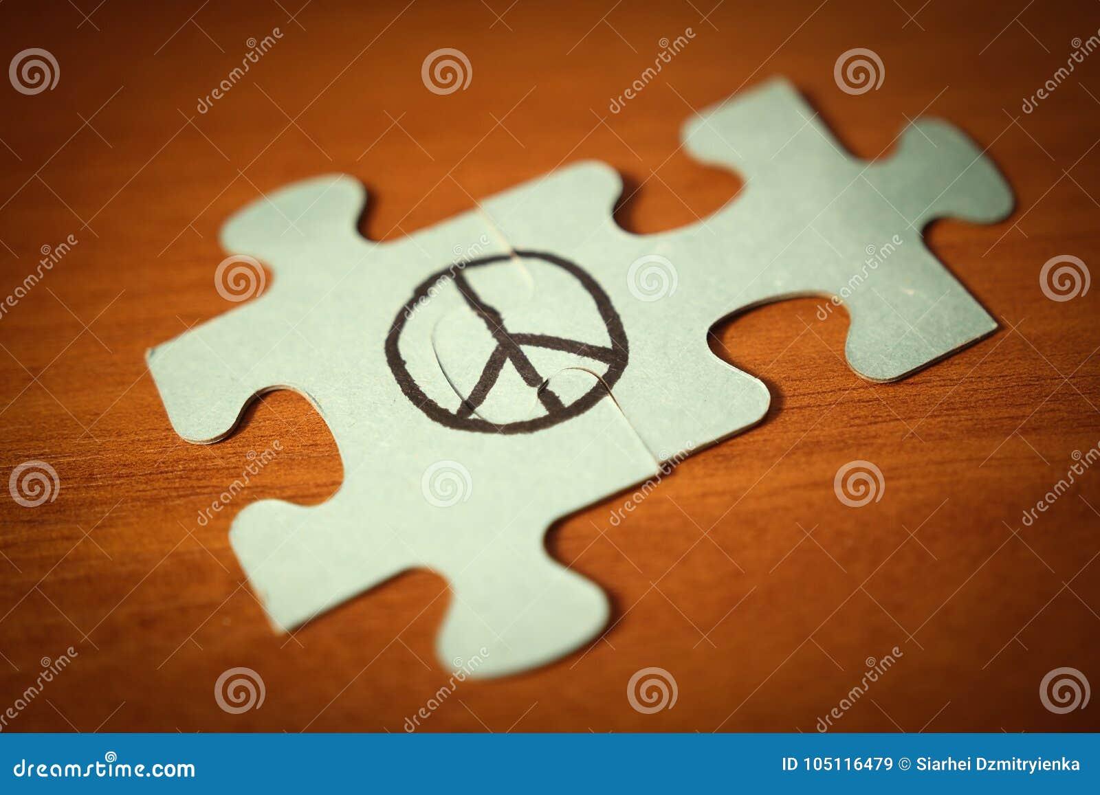 Знак мира составленный головоломки Концепция дня мира мира