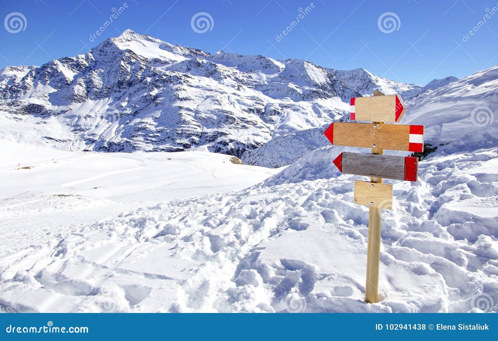 знак направления на лыжном курорте в итальянских альпах