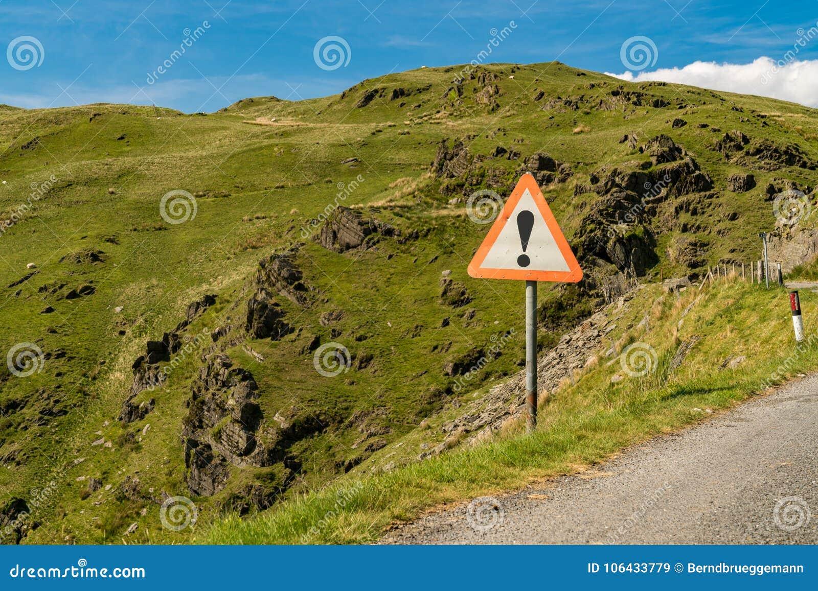 Знак: Опасность, на крае проселочной дороги