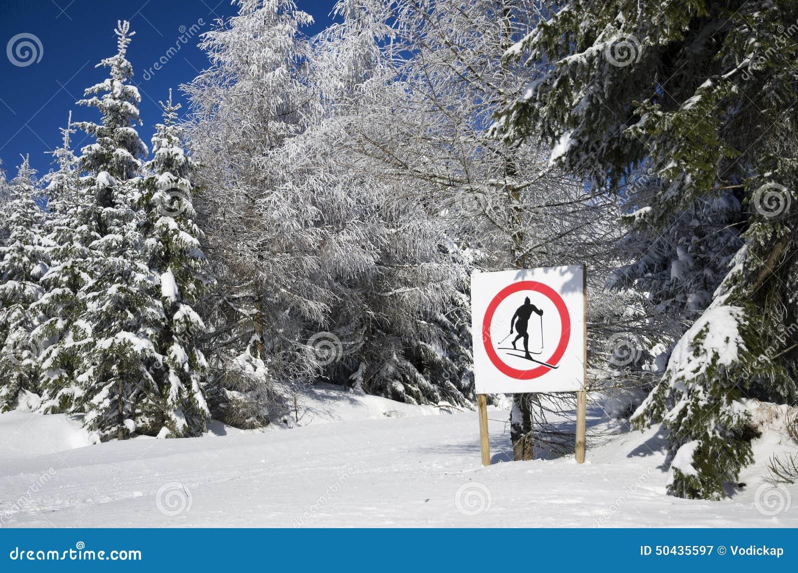знак отсутствие кататься на лыжах здесь стоковое