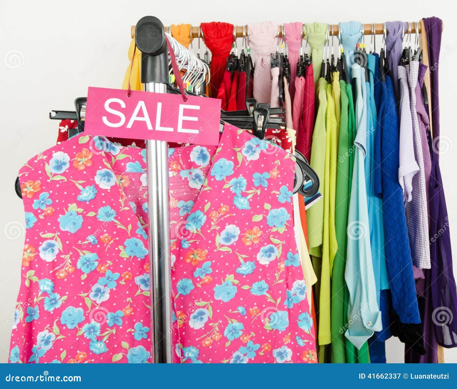 Знак продажи для одежд лета