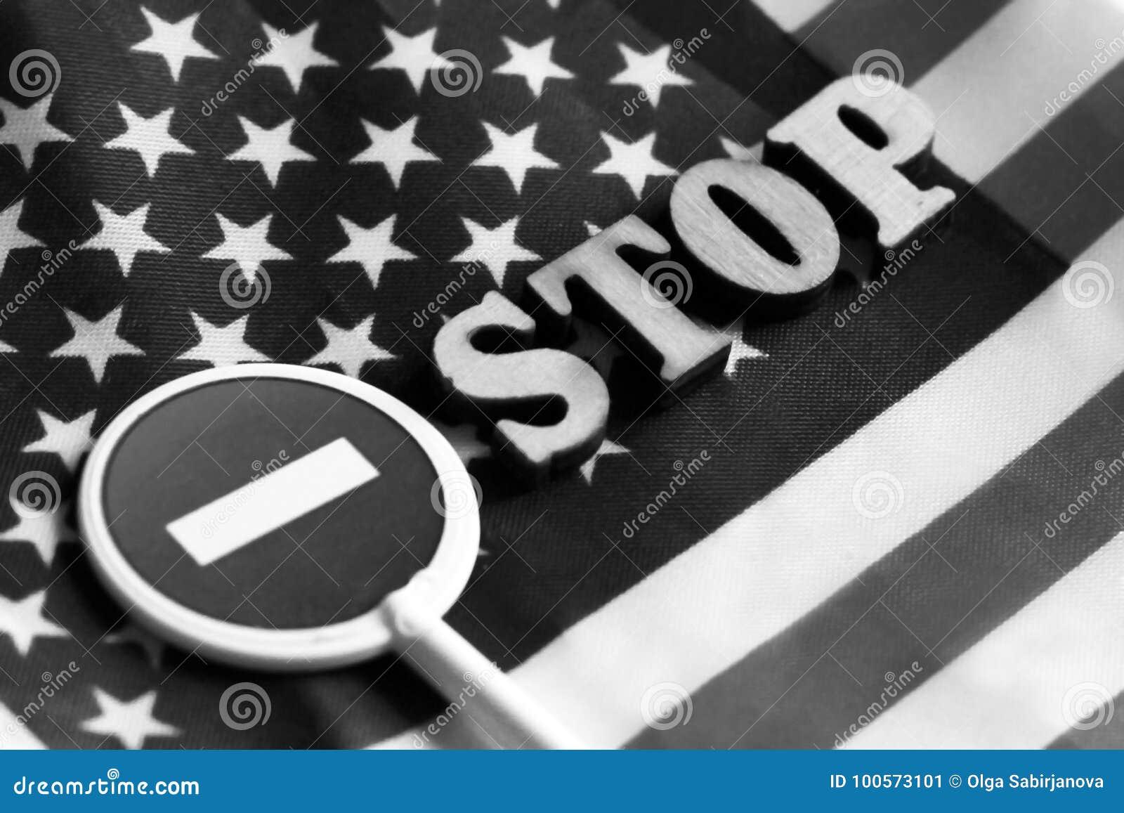 Знак стопа дороги на предпосылке флага Америки