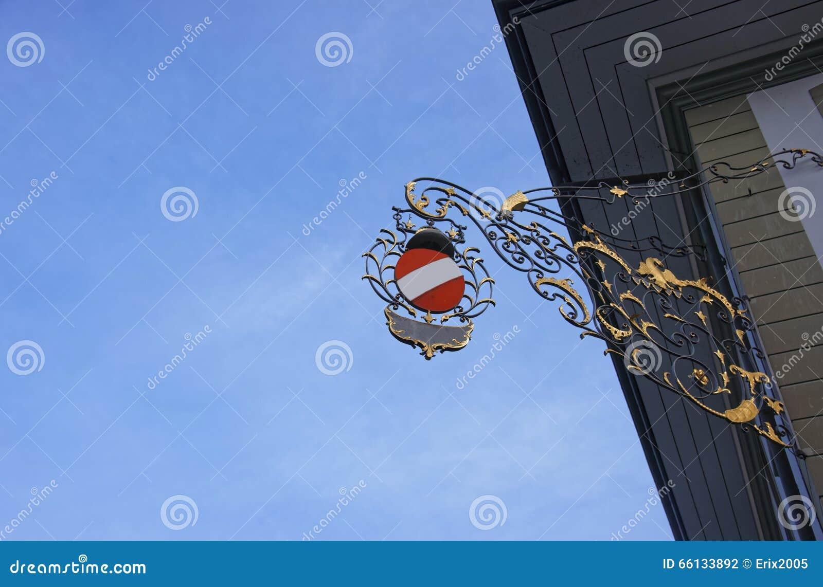 Знак улицы на здании в старом городе Thun