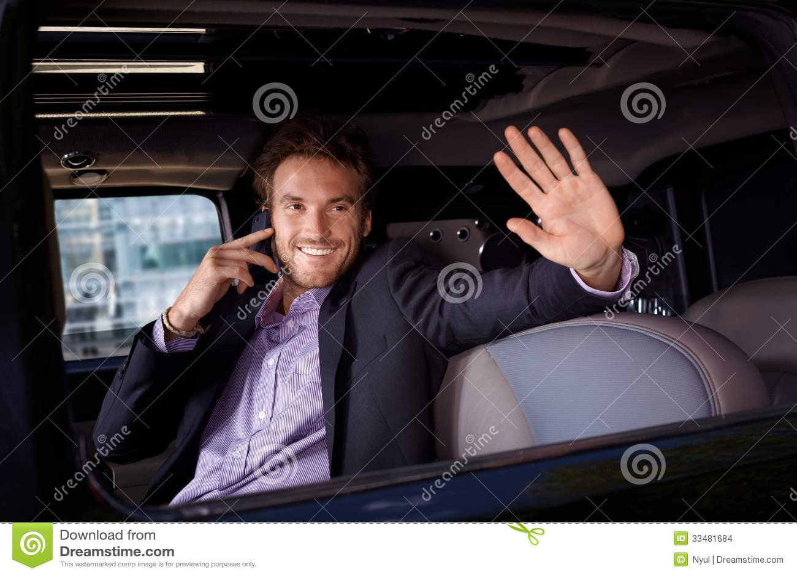 Знаменитость развевая от усмехаться окна лимузина