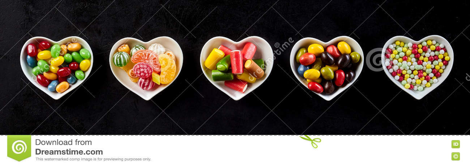Download Знамя конфеты в в форме сердц блюдах над чернотой Стоковое Фото - изображение насчитывающей goodies, тарелки: 72289538
