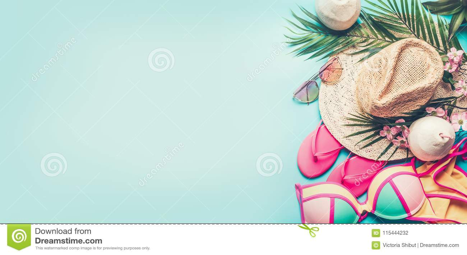 Знамя летнего отпуска Аксессуары пляжа: соломенная шляпа, листья ладони, стекла солнца, розовые темповые сальто сальто, бикини и