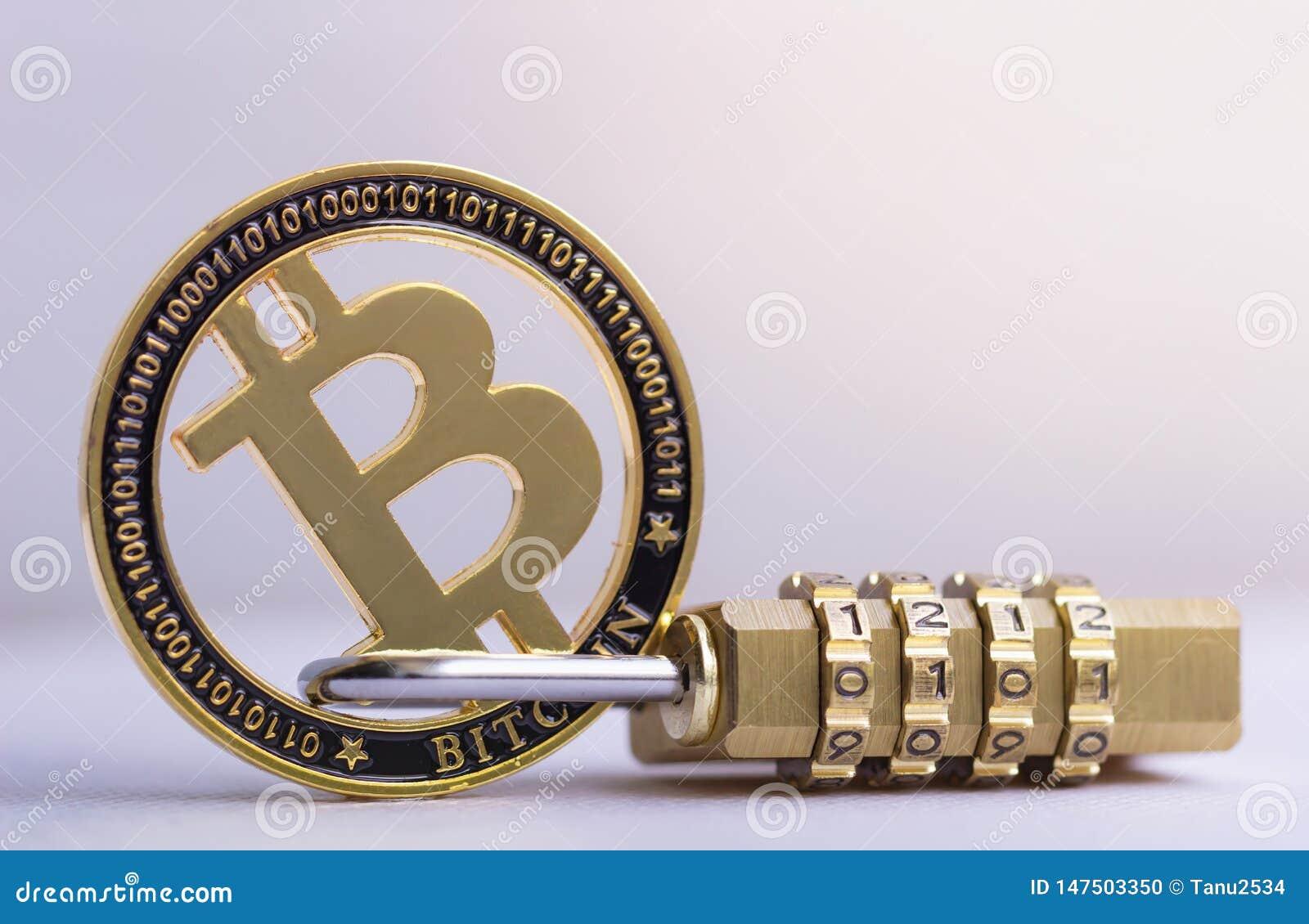 Золотая монета Bitcoin с padlock лежа на белой предпосылке Безопасность Bitcoin