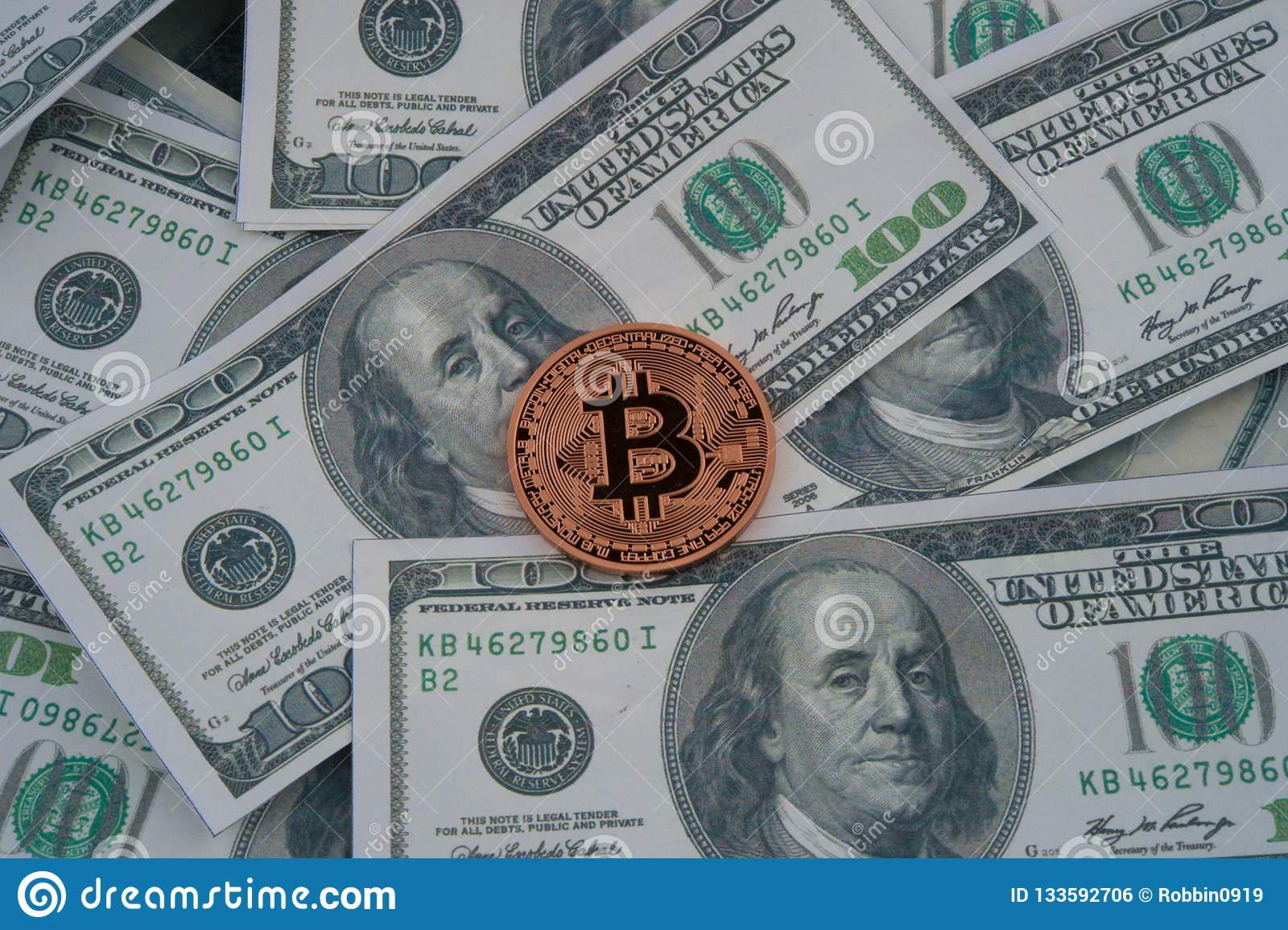 Золотая монетка bitcoin на долларах США закрывает вверх