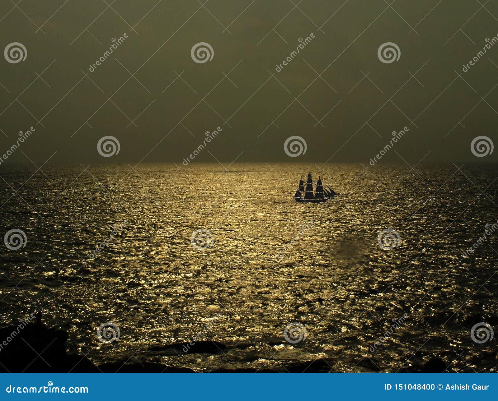Золотая морская вода со шлюпкой