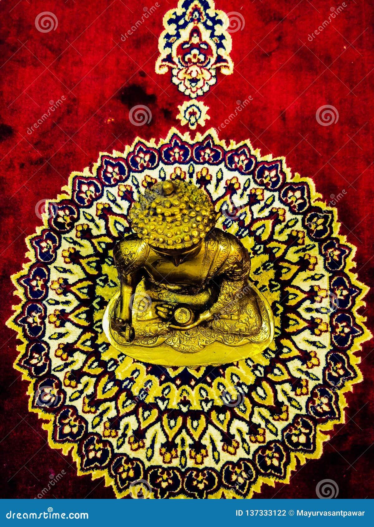 золотая статуя gautam Будды лорда
