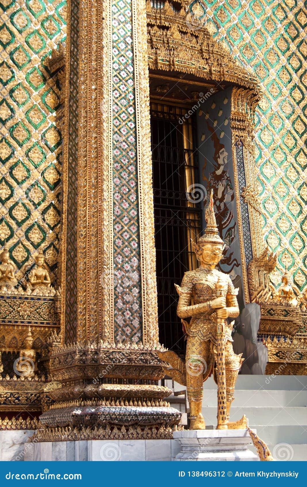 Золотая статуя yaksha около входа к зданию Phra Mondop