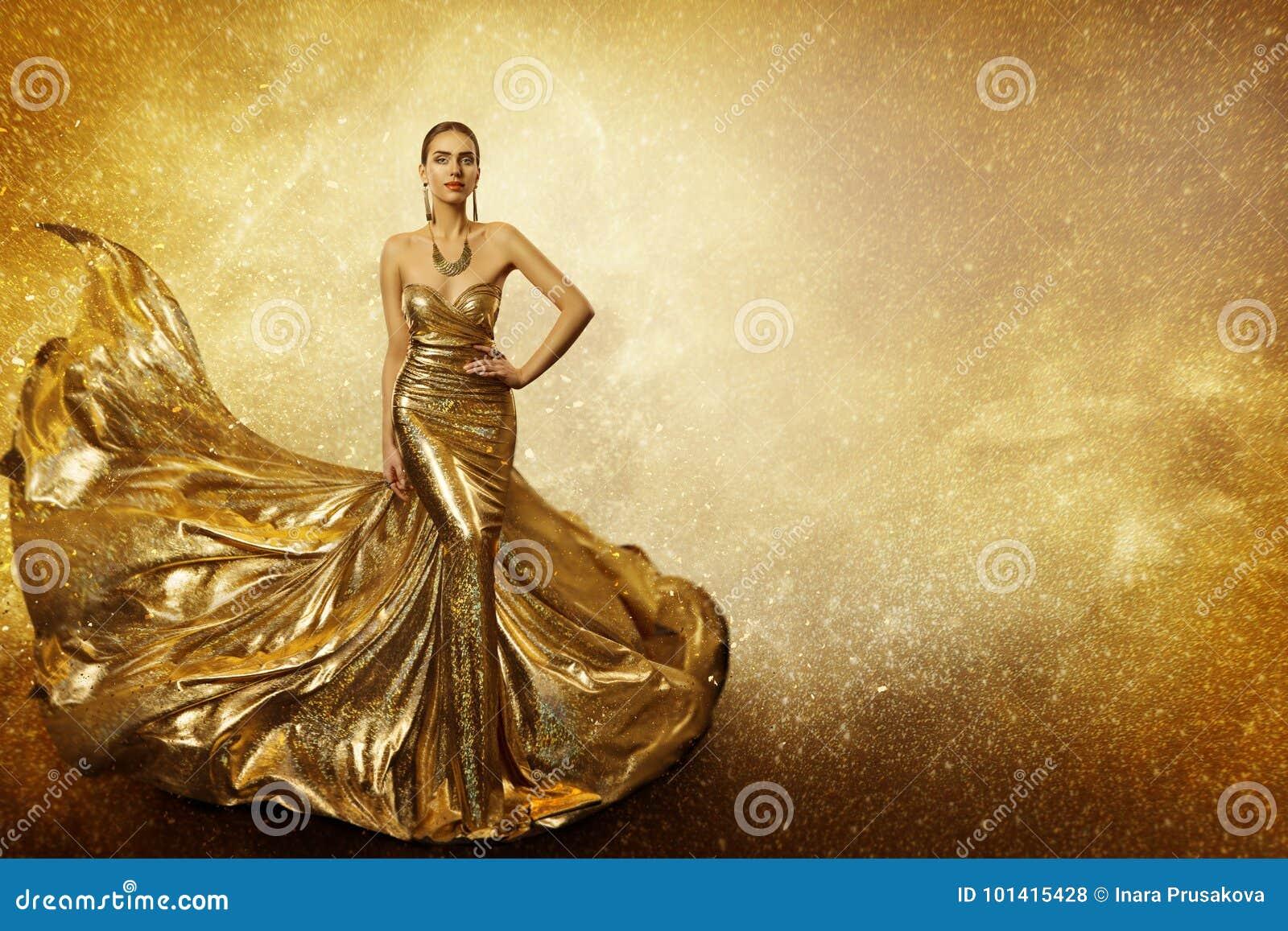 Золотая фотомодель, платье золота летания женщины, развевая мантия
