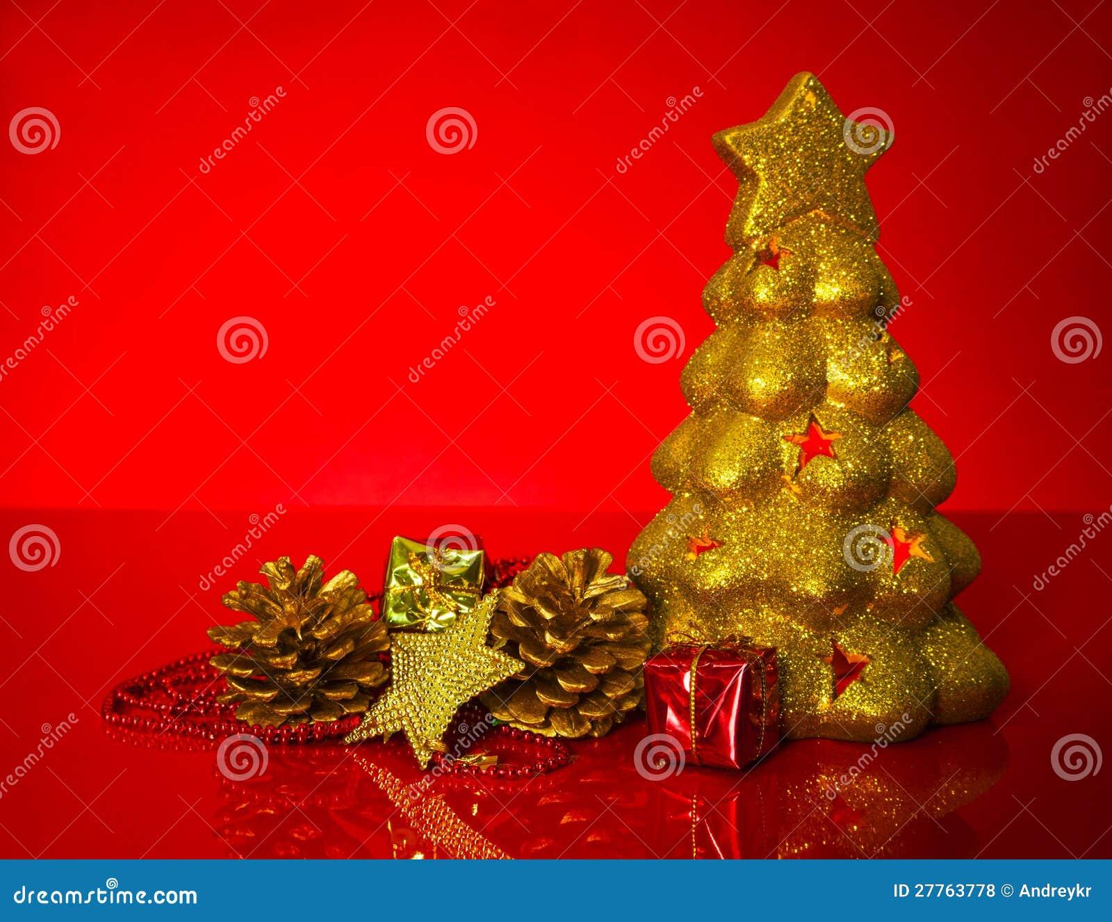 Золотистый evergreen с украшениями рождества