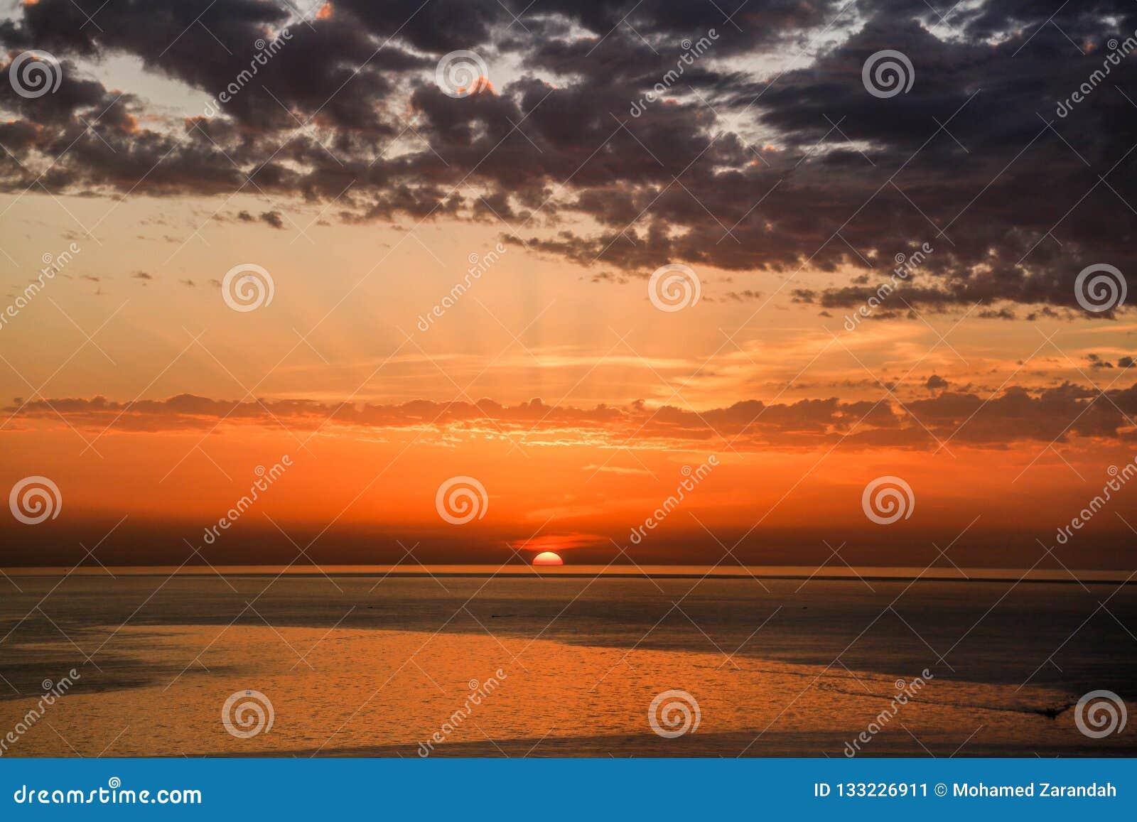 Золотой заход солнца на береге моря города Газа