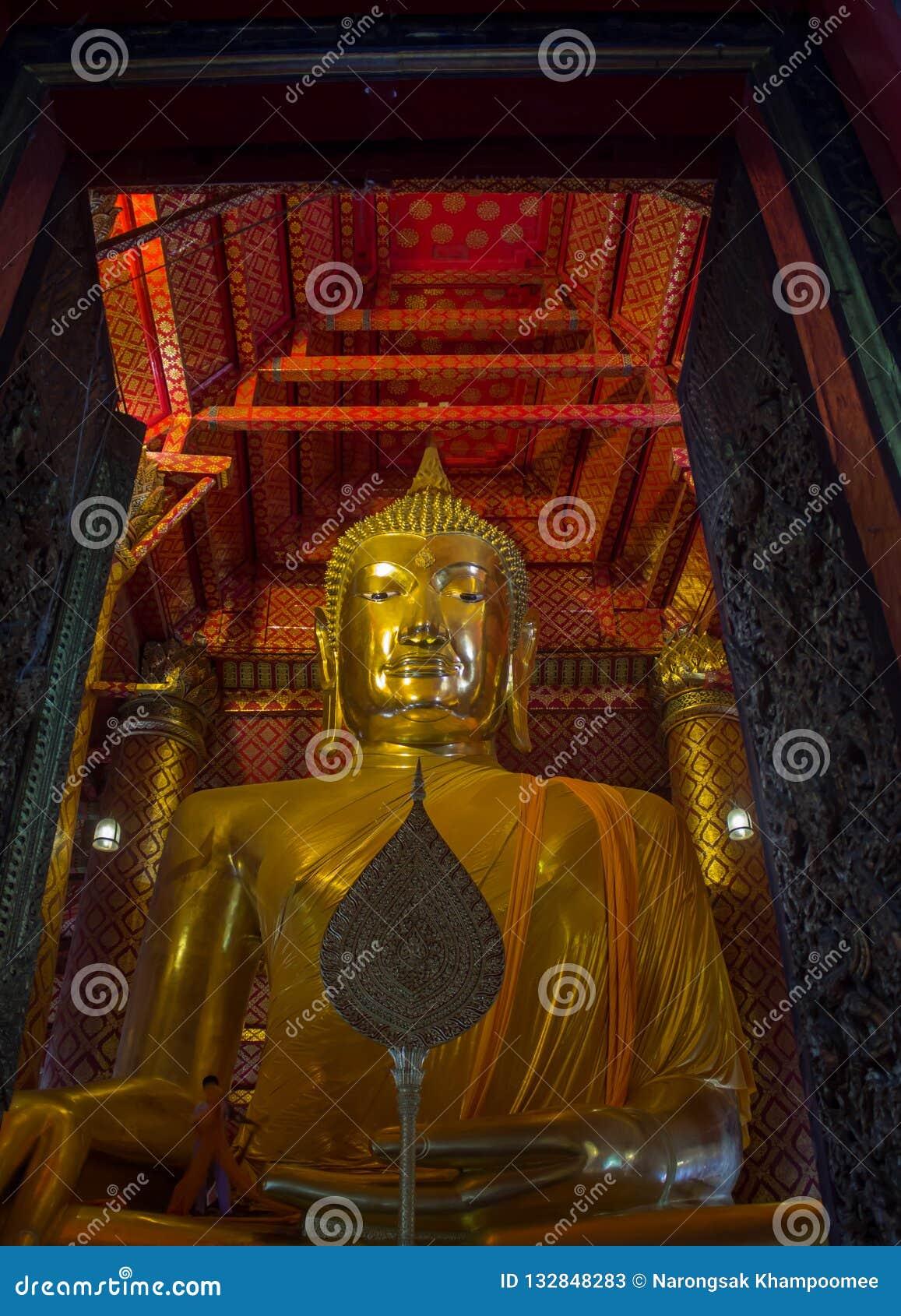 Золото большой Будда расположило в буддийский висок на Wat Phanan Ch