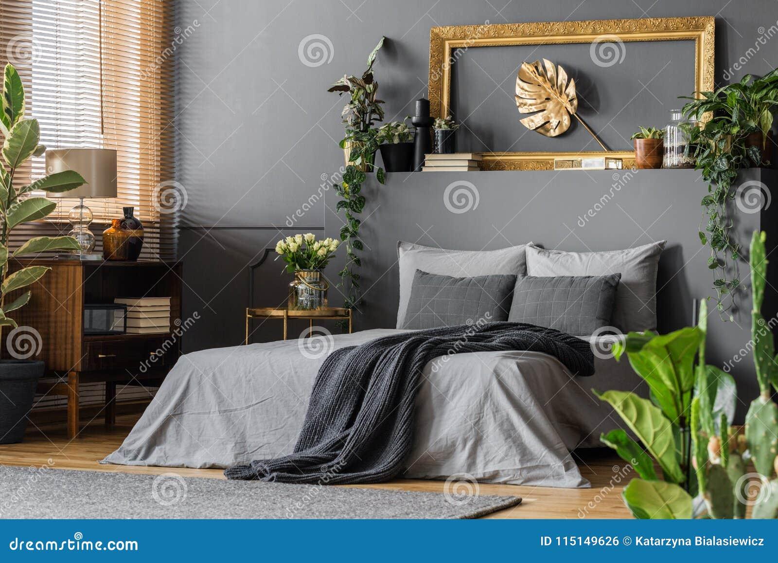 Золото и серая элегантная спальня