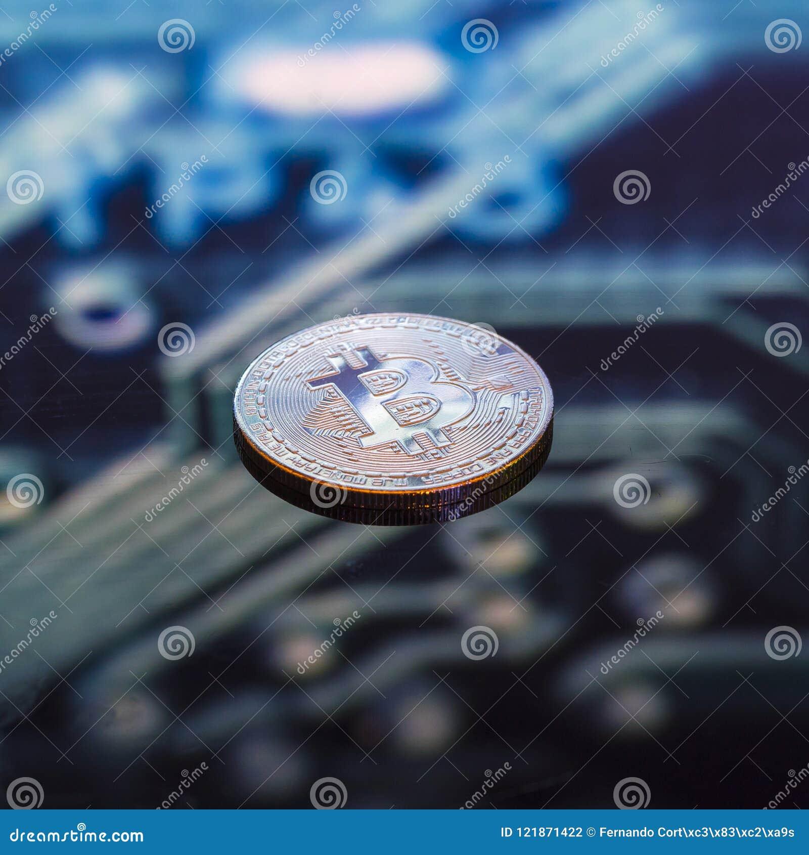 Золото Bitcoin, серебр и медные деньги и defocused напечатанное circ
