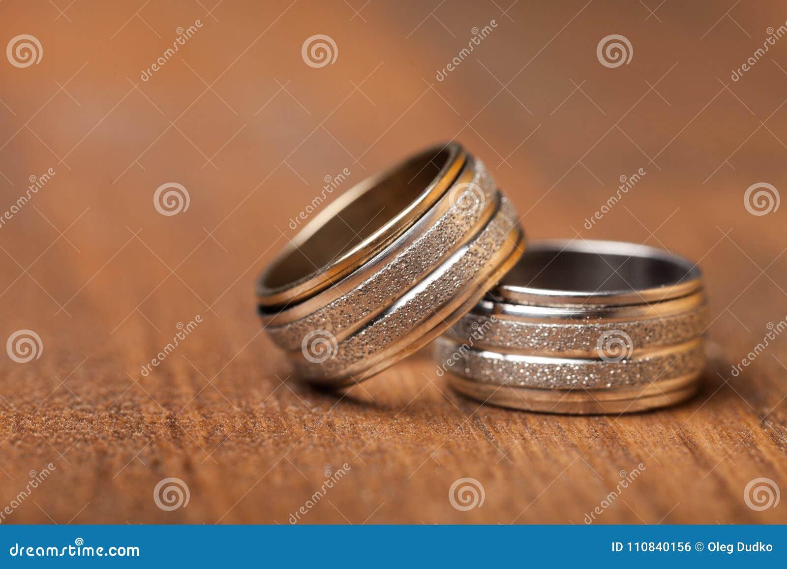 Золотые обручальные кольца, взгляд крупного плана