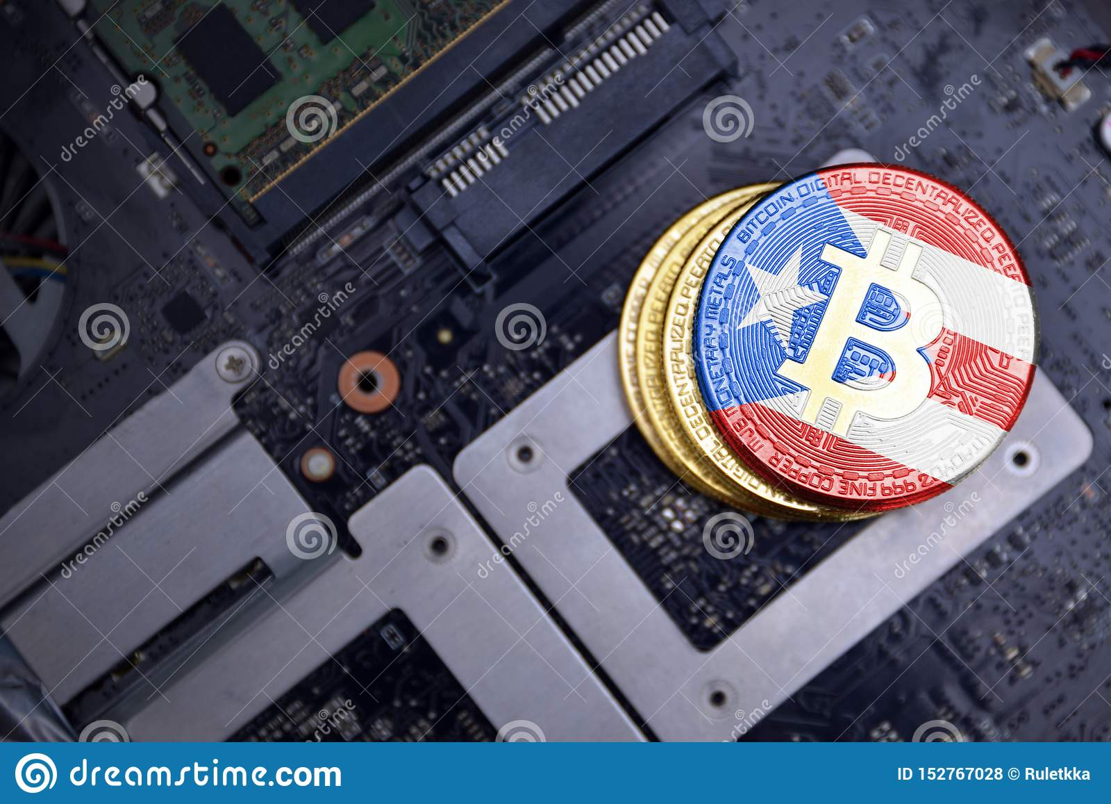 Золотые bitcoins с флагом Пуэрто-Рико на монтажной плате радиотехнической схемы компьютера концепция bitcoin минируя
