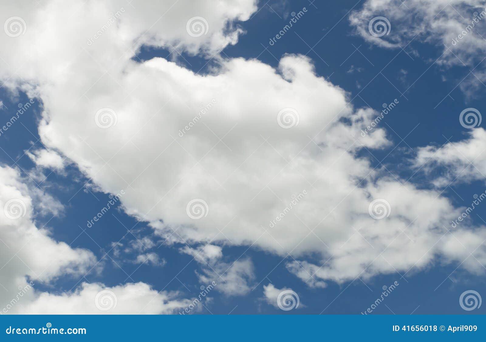 Зона предпосылки облака голубого неба злободневная