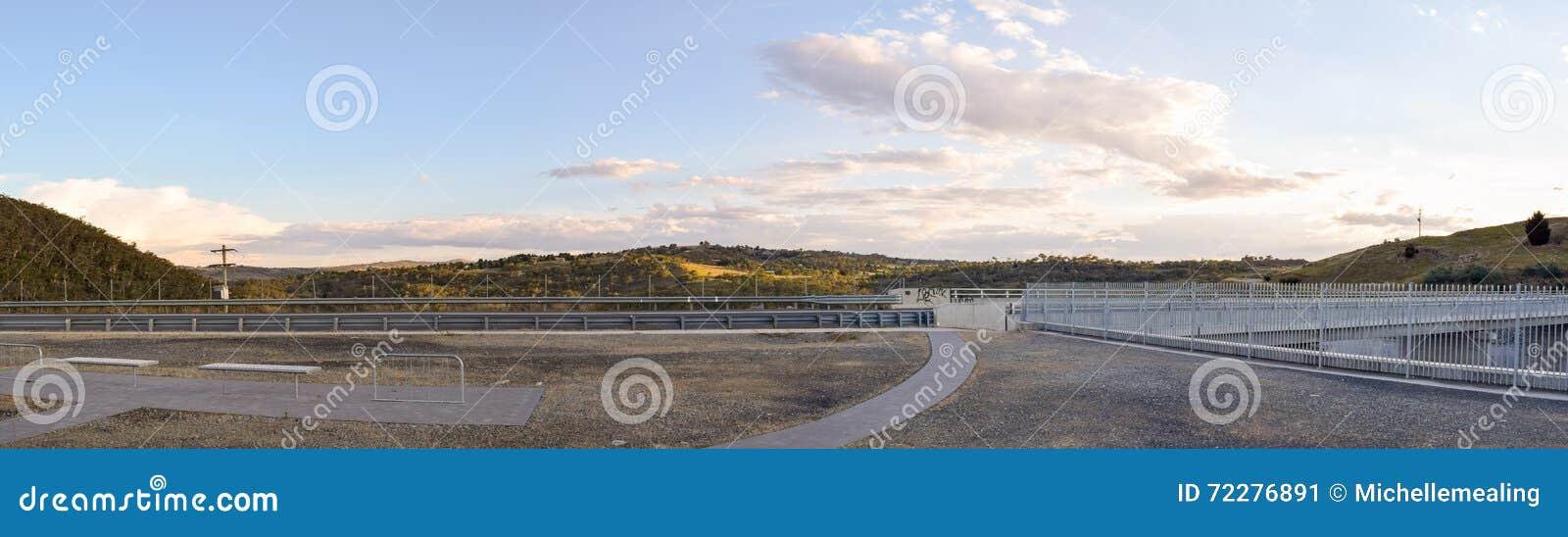 Download Зона стены запруды Jindabyne осматривая с предпосылкой горы Стоковое Изображение - изображение насчитывающей горы, австралийцев: 72276891