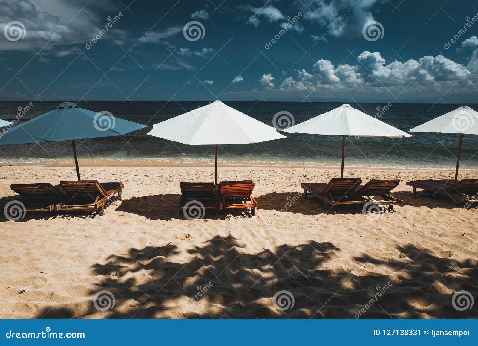 Зонтики вдоль пляжа