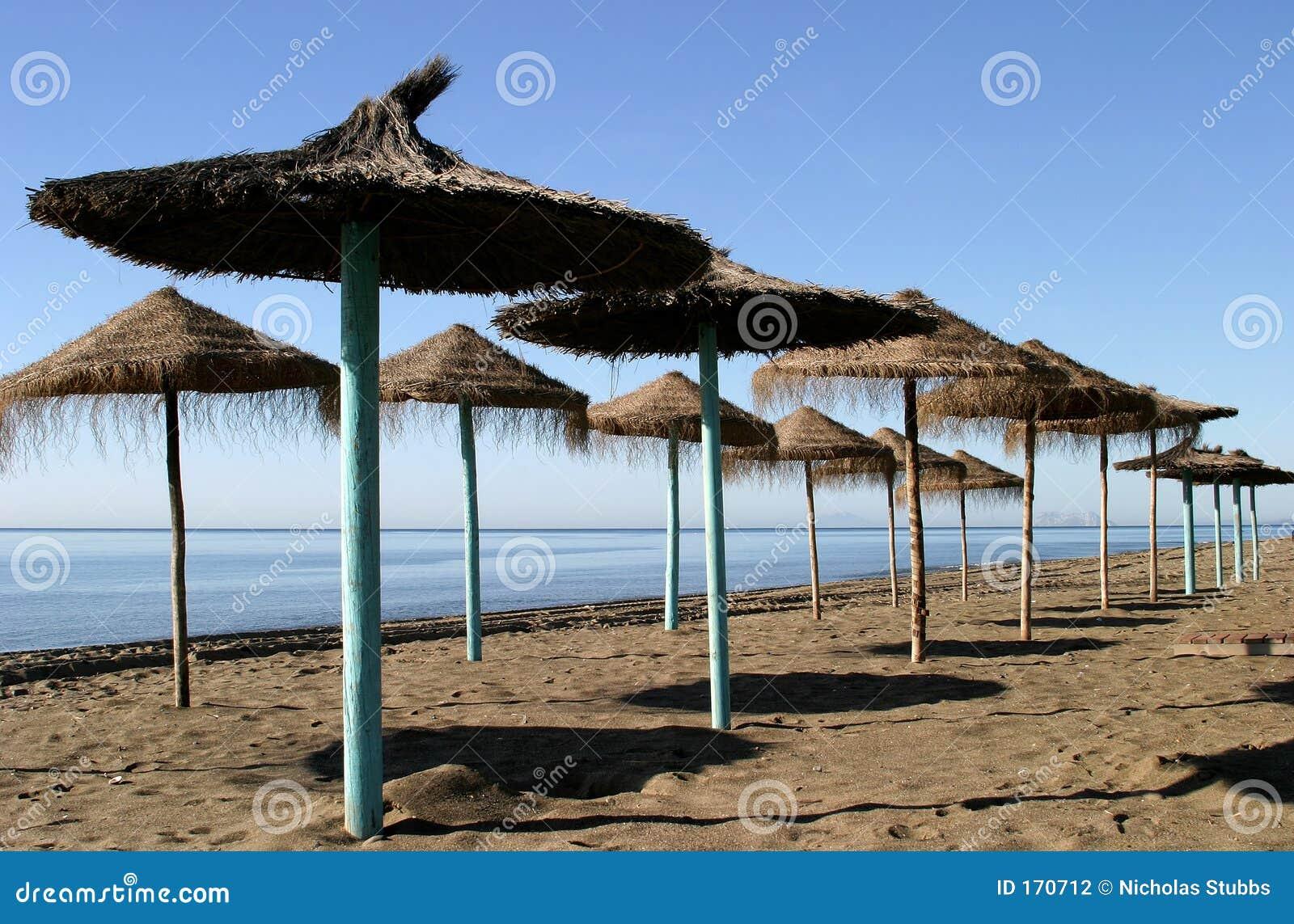 зонтики сторновки пляжа