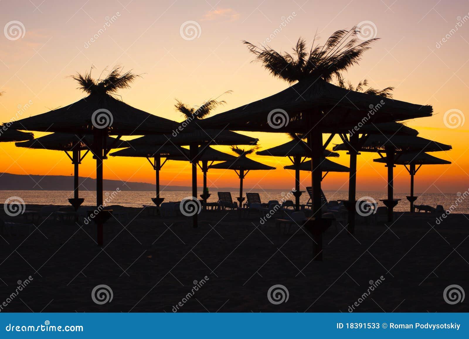 зонтики стулов пляжа