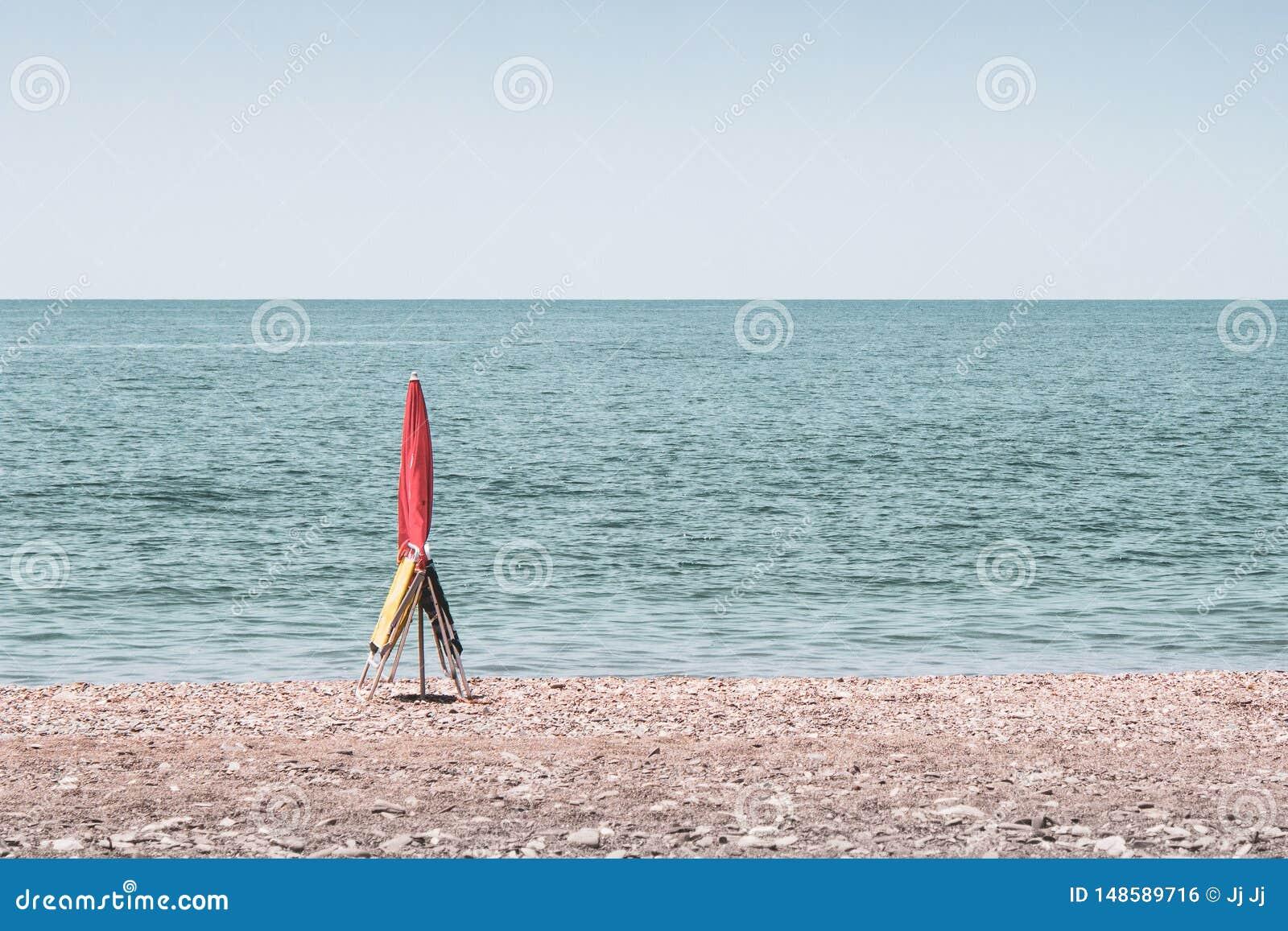 Зонтик и 2 стуль записывая пятно на пляже в Málaga Andalucía Испании