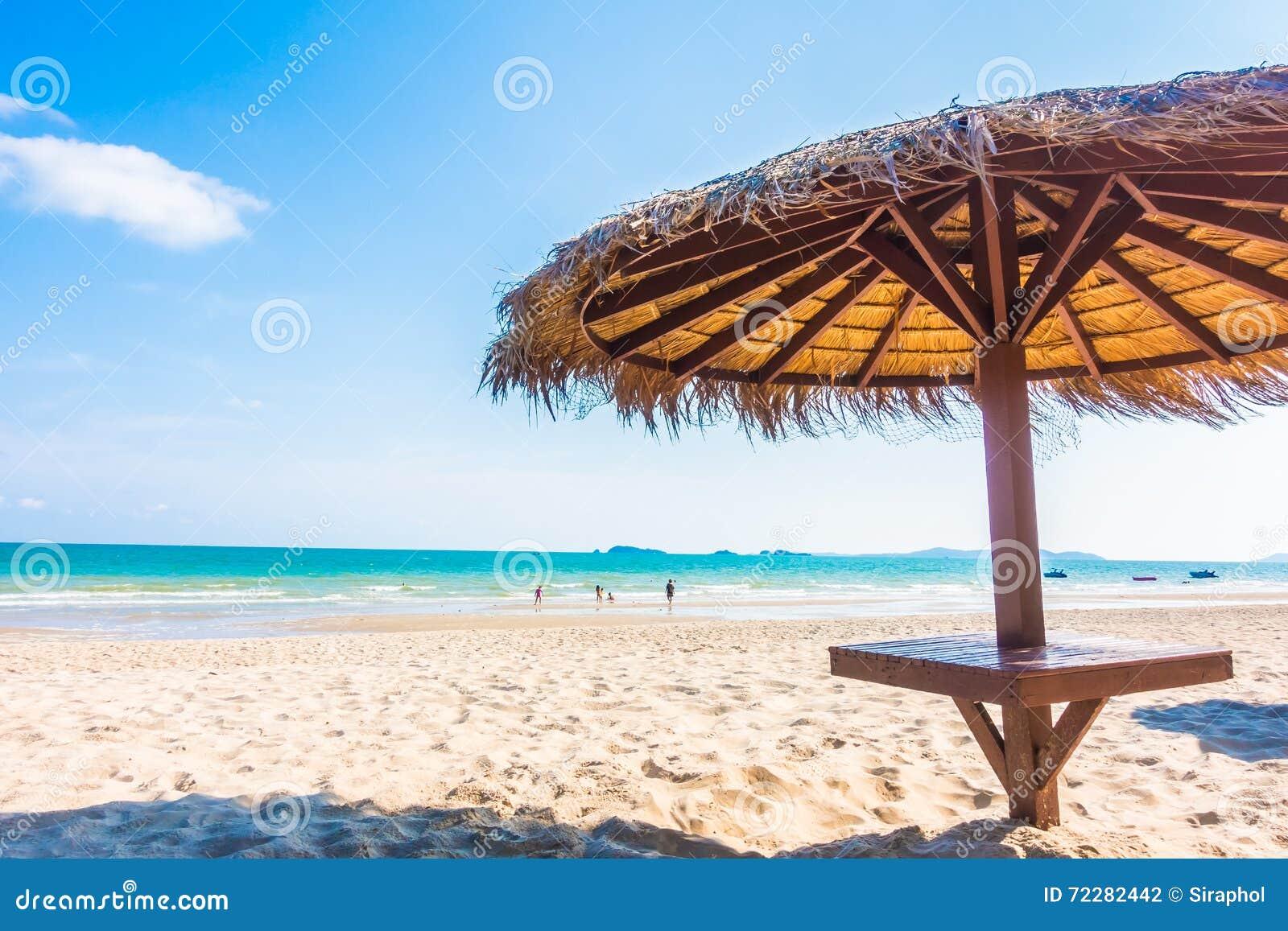 Download Зонтик на пляже стоковое фото. изображение насчитывающей лето - 72282442