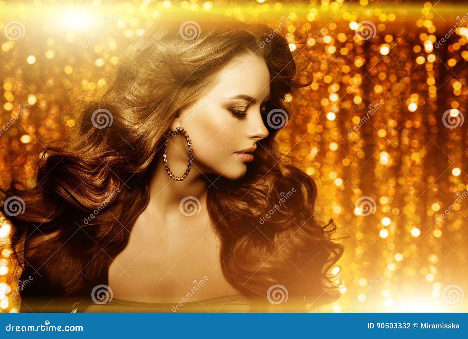 Золотая красивая женщина моды, модель с сияющим здоровым длинным v