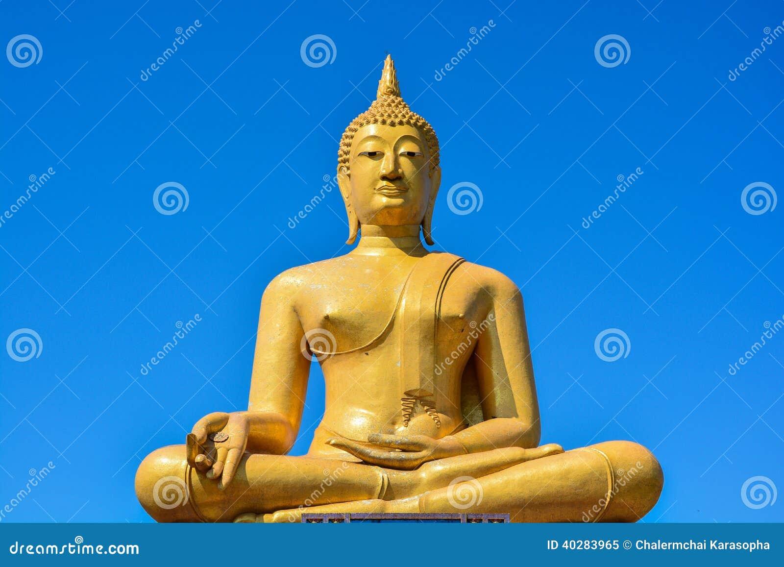 Золотая статуя Будды на виске pigulthong wat