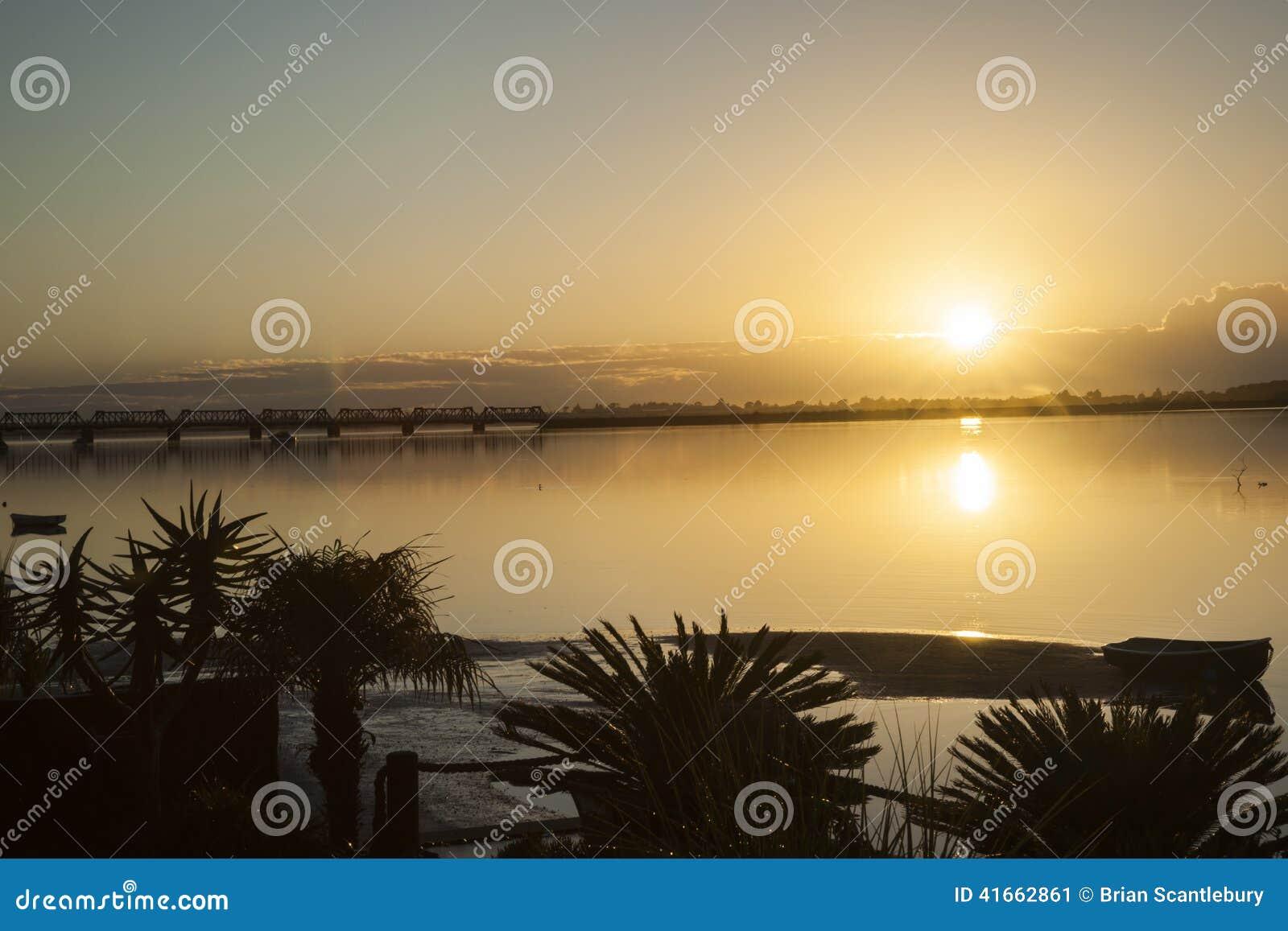 золотистый восход солнца