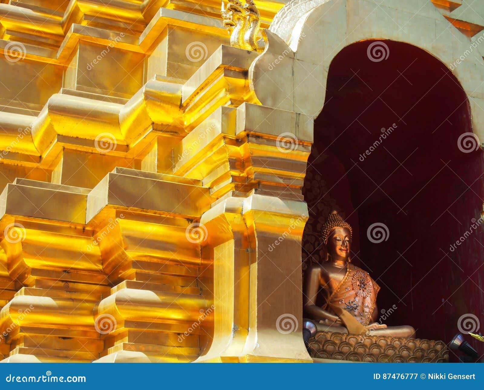 Золотое Stupa с статуей Будды в Чиангмае Таиланде